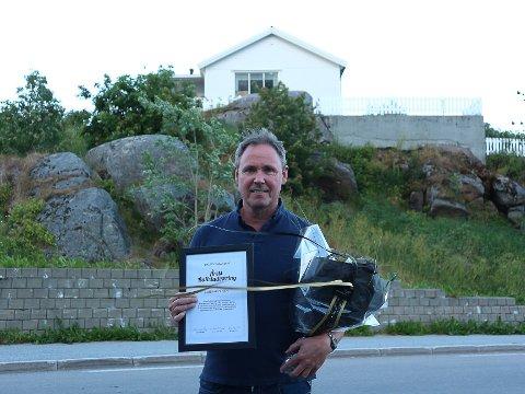 """BEVIS: Gunnar Olsen (55) med det synlige beviset på at han er """"Årets Ballstadværing""""."""