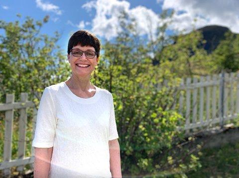 ORDINERES: Jorunn Tetlie (59) blir ordinert som prest i Moskenes og Flakstad søndag 5. juli. Hun er bosatt i Sund i Flakstad og har bodd 30 år i Lofoten. Opprinnelig er hun utdannet som lærer, og det er formidlingsgleden som har ledet henne til å bli prest.