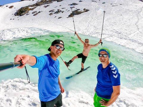 SHORTSKJØRING:  - Å kjøre på fjellvannet i Småtindan er noe av det sjukeste vi har gjort, mener Tommy Amundsen, Daniel Pleym Olsen og Øystein Skjeldås. Det var 25 varmegrader og vindstille i de 700 meter høye fjellene i Vågan.