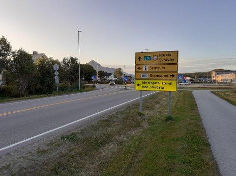 Dette skiltet blir stående en stund, og trafikkmønsteret i Leknes sentrum blir ikke endret før den nye Alf Lie-rundkjøringa er ferdig og kan tas i bruk.