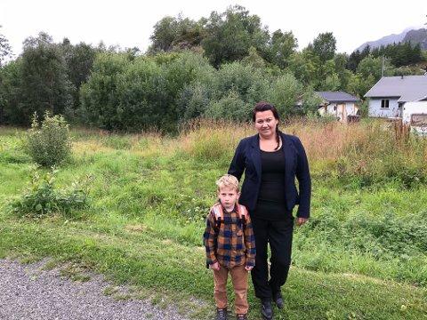 Mamma Jeanette Rostad Krogstad og sønnen Viktor foran området der man tenker seg en lekeplass. Langhaugen bofellesskap i Langhaugen 8 ses til høyre.