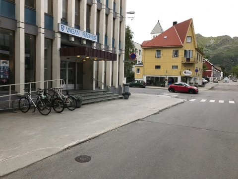 Svolværs mest brukte fortau å kjøre inn på, ved inngangen til rådhuset i Svolvær. Heretter koster det deg 900 kroner å bryte trafikkreglene.
