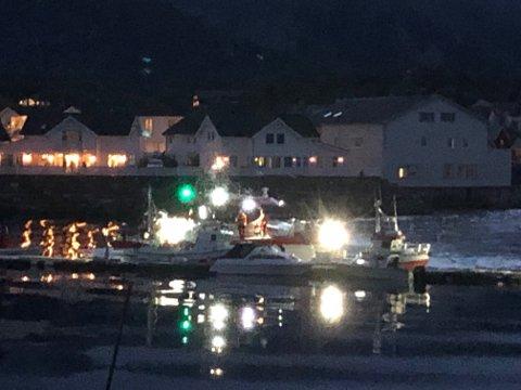 Redningsskøyta gikk til Kabelvåg etter nødmeldinga kom. Her lå den ei stund og skal etter det Lofotposten kjenner til ha vært i samtale med noen som nettopp hadde kommet til havna med båt. Kort tid etter forlot redningsskøyta i sakte fart.