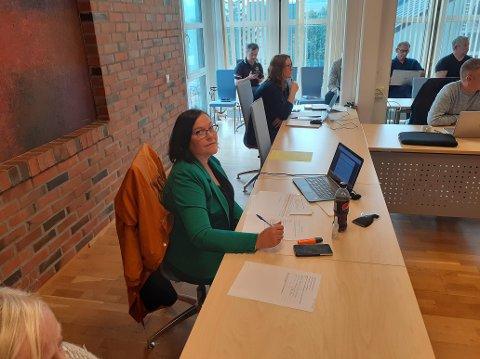 Anja Trones (Sp) er leder i driftsutvalget i Vestvågøy kommune. Her fra møtet tirsdag 8. september.