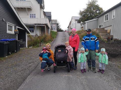 Bekymret: Foreldrene Markus Rolandsen, Thora-Randi Vebostad Unstad og Jørn-Eirik Steinbakk er bekymret for mye og hard kjøring i Bakkegata i Svolvær.