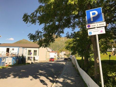 KUN TO TIMER: Her fra skiltet og nordover i Kong Øysteins gate til skiltet i bakgrunnen kan man stå gratis i kun to timer.