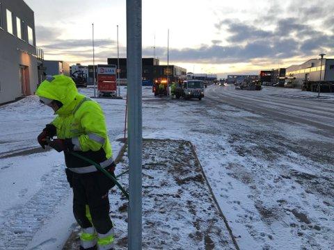 KOBLES: Her kobler en elektriker fra El-Team AS ett av to nye gatelyspunkter i Vorsetøyveien mandag.