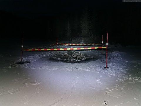 Sperret av: Martin Blaauw Sandell og Lofoten Folkehøgskole har sperret av et parti av vannet hvor isen er utrygg.