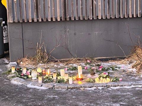 Fra skolens inngangsparti etter at det ble kjent at de omkomne i brannen var hjemmehørende i Vågan kommune.