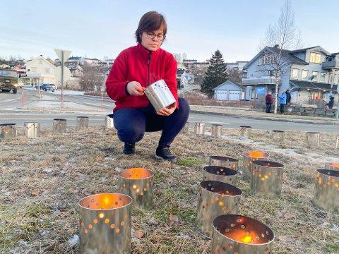 Maria Finvåg og kollegene hennes i hjemmesykepleien i Bjerkvik tok initiativ til å markere sin omtanke for de som er berørt etter hyttebrannen på Andøya. – Vi trodde det skulle kjøre en kortesje med de omkomne forbi her i dag, men de var allerede kjørt i går. Vi ville uansett vise vår omtanke, så vi tente lys sammen med mange andre, sier Maria Finvåg.