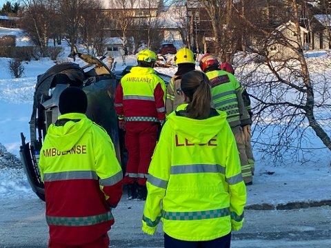 FAST: Brann og amublanse jobbet med å få ut kvinnen som satt fast i bilen.