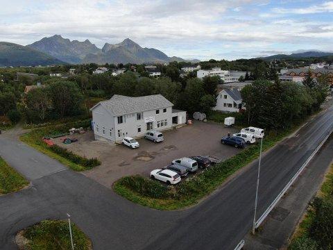 LEKNES: Denne eiendommen på Leknes legges ut for salg .