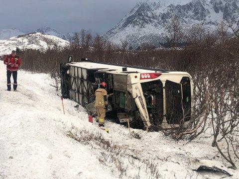 Bussen har fått skader i bakparten som følge av utforkjøringa.