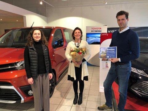 VANT: Premien ble overrakt av Trond Hardy for Toyota Nordvik og Victoria Slaymark for Lofoten Avfallsselskap. Gry A. Stømnes mottok premien på vegne av klassen og elevene.
