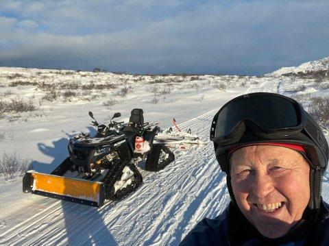 Stemningsrapport fra skiløypa mandag 15. februar. Terje Wiik i Leknes skiklubb har stoppet for å justere løypesetteren på slådden som henger bak ATVen.