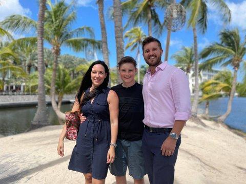FLYTTET: Anette Møller Pultr, sønnen Fredrik og mannen Jan Alec flyttet fra Reine til Caymanøyene.