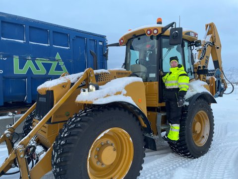 Kjøring av truck og traktor er en stor del av arbeidshverdagen til Amanda Elise Rasmussen, noe hun stortrives med.