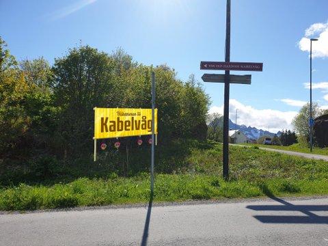 Statens vegvesen mener dette skiltet blir for trafikkfarlig i krysset ned mot Mattisvika i Kabelvåg.