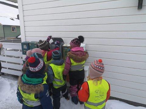 De har  delt ut hjerter til foreldre, barn, personell, naboer, bedrifter og noen barnehager.