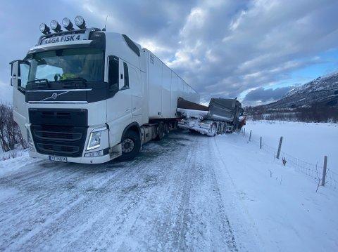 En lastebil fra Saga Fisk og en brøytebil havnet i hverandre på den smale fylkesveien ut mot Laukvik. Hendelsen skjedde ved Sandsletta.