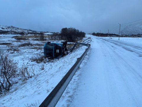UTFORKJØRING: Onsdag morgen blåste en buss av veien på E10 ved Ostadmyra på Vestvågøy.