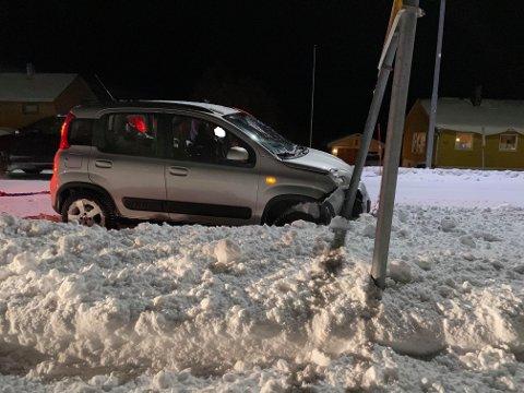SMELL: Bilen dundret inn i veiskiltet.