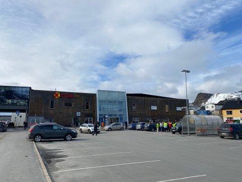 EVAKUERTE: Alti kjøpesenter i Svolvær ble evakuert tirsdag morgen.