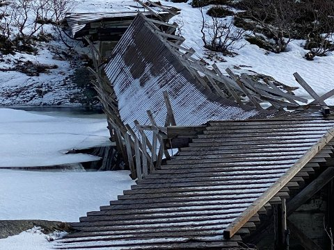 Ødelagt: Den ødelagte brua fjernes nå så snart isen har gått. Ny bru skal på plass i sommer.