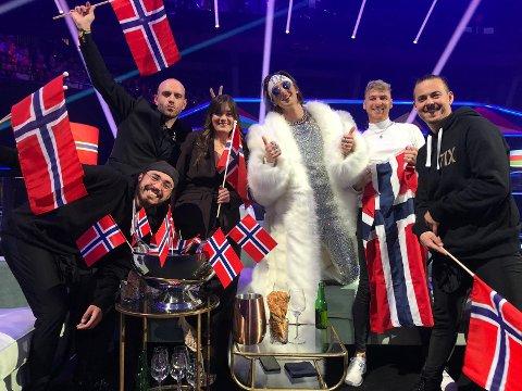 Til finalen: Johannes Winther Farstad (bak til venstre), TIX, og resten av den norske delegasjonen er klare for finalen i Eurovision Song Contest lørdag 22. mai
