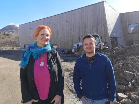Kabelvåg: Lena Amalie Hamnes og Christer Jakobsen i Vågan Arbeiderparti vil ha basseng i Kabelvåg, og de vil aller helst ha det her, ved nye Kabelvåg skole.