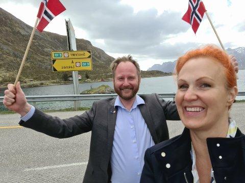 Feiret: Vestvågøy-ordfører Remi Solberg og varaordfører Lena Hamnes mener signalene fra Ap er grunn til å feire. Partiet vil sette av planleggingsmidler til Veipakke Lofoten de neste årene.