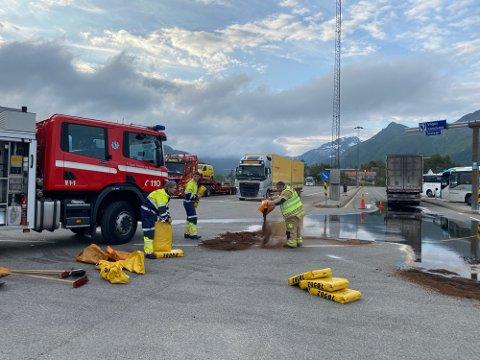 OLJESØL: 500 liter rant ut av en semitrailer i det den la til kai i Svolvær onsdag kveld.