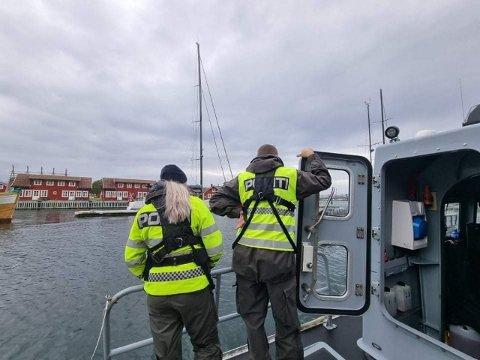 TIL SJØS: Her snakker politiet med en småbåteier.