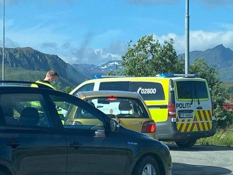 TESTET: Politiet stoppet bilene som kom fra Leknes.