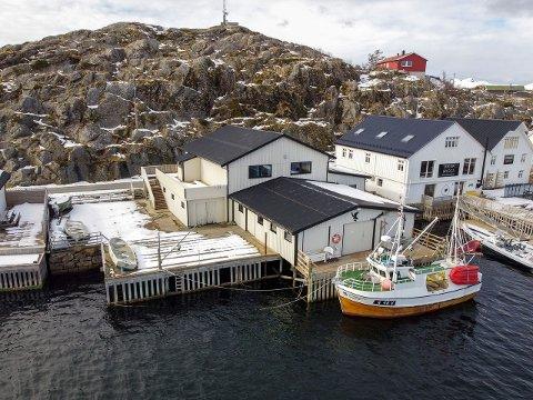 SJØTOMT: Eiendommen som selges er på knapt 900 kvadratmeter, og grenser mot sjøen.