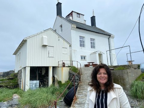ET FLERBRUKSFYR: Fyrtårnet på Værøy skal benyttes som et aktivt kulturminne for lokalbefolkningen. Ordfører i Værøy, Susan Berg Kristiansen, ser fyret som en kulturskatt med stort potensiale.