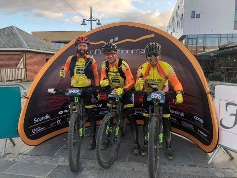 KLAR: Jan Håkon Juul, Rolfen Lorentzen og Tommy Wårheim Seim (f.v) fra Lofoten Sykkelklubb stiller på startstreken i Offroad Finnmark 300 km som Team Lofoten.
