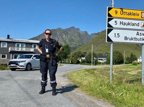 Politibetjent Ulrikke Wabø Hoff stopper trafikkstrømmen mot Hauklandstranda.