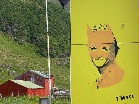 Hovedmotivet er Kronprinsesse Mette Marit, som gjentatte ganger har besøkt Unstad Artic Surf.