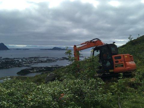 Har du sett gravemaskin høyere opp i Lofotfjellene tidligere?