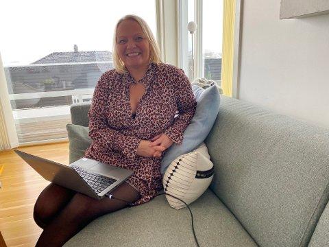 KAMPKLAR: - Jeg har startet valgkampen her i sofaen, men fra 20.august er jeg klar til å reise rundt, sier Mona Fagerås.