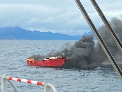 Kraftig brann: Det brøt ut kraftig brann og røykutvikling i sjarken.