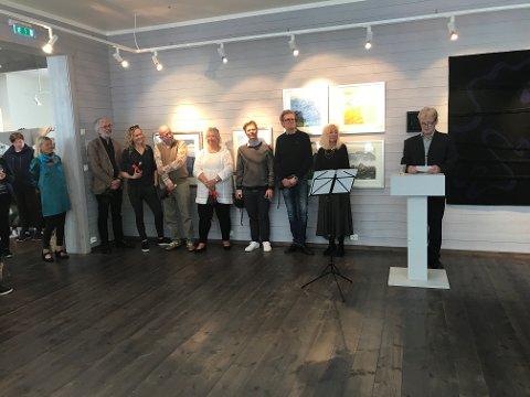 Eva Harr, Johannes Joner og sju av de ti kunstnerne som utgjør utstillingen.