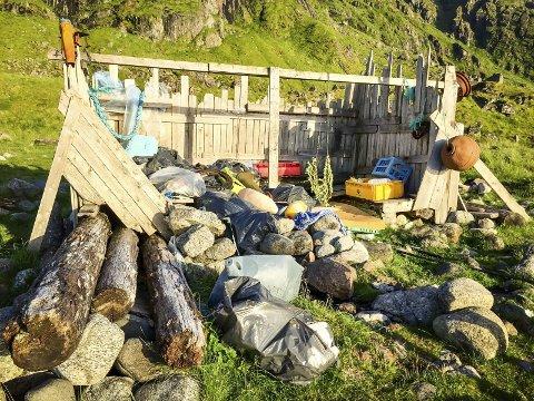 AVFALL: Ved Eggum, på veien mot Unstad langs havet, er det blitt samlet inn store mengder søppel. CleanUpLofoten sier de ikke har kapasitet til å rydde, og at det er en privatperson som har samlet søppelet på eget initiativ. Foto: Christina Svanstrøm