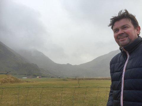 Arnulf Hansen på sin eiendom på Uttakleiv. Han ønsker å etablere oppstillingsplasser for bobiler i sommersesongen nede ved havet. Men politikerne avslår.