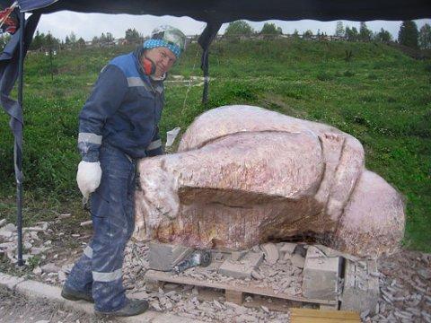Scott Thoe arbeider med skulpturen i Russland. Nå skal han dit og fullføre arbeidet.