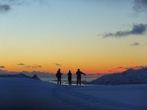 Skiløpere i solnedgang. Fine skiforhold innover fra Hagskaret søndag. Bildet er sendt inn av Marit S. Andreassen fra Gravdal.