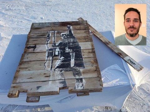 Geir Fjelnset (innfelt) ble overrasket over reaksjonene han fikk da han la et originalverk av gatekunstneren Pøbel ut for salg. Bildet er demontert fra et falleferdig uthus på eiendommen hans i Borgvågen. Motivet er «Supermann på dialyse».