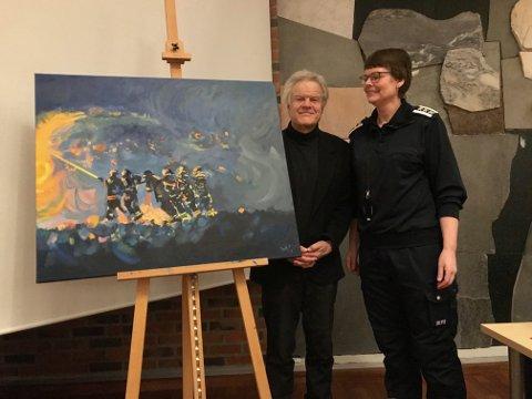Kunstner Scott Thoe overrakte et bilde til den nye brannstasjonen. Brannsjef Ragnhild Sæbøi Lofoten Brannvesen tar mot.