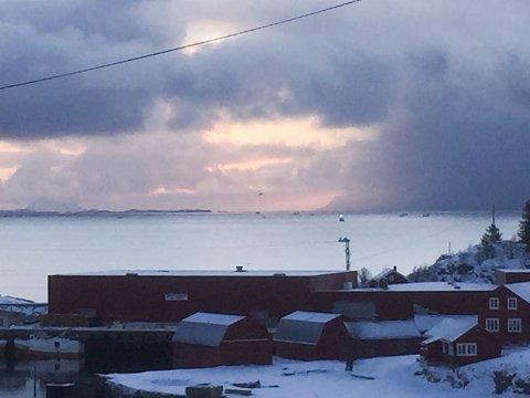 Bildet er tatt fra Stamsund og ut mot Henningsvær tidlig torsdag 7. mars 2019. Mange fiskebåter er ute. Utenfor Henningsvær ligger Henningsværboksen, der bare båter opp til 11 meter fortsatt kan fiske. Det kan det snart bli en endring på.